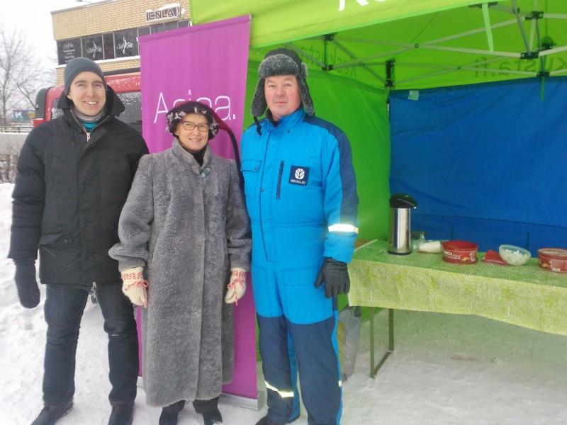 Sinnikäs pakkasta ja viimaa pelkäämätön joukko Asko, Varpu-Leena ja Kari  tarjosivat perinteiseen tapaan jouluglögiä kuntalasille Nummelan torilla